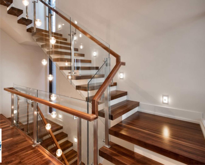 Cầu thang gỗ kết hợp với kính.
