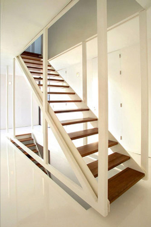 Cầu thang gỗ xuyên không giữa các tầng thuận tiện cho việc đi lại, không phải qua nhiều khâu trung gian và tạo độ thông thoáng cho ngôi nhà.