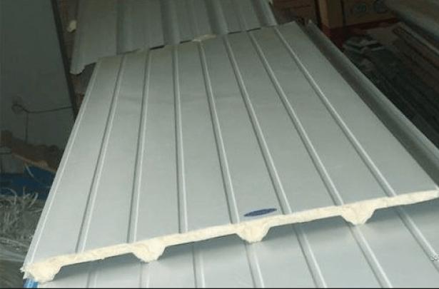 Trần nhà bằng tôn chống nhiệt tốt vì được phủ một lớp hợp kim dày ở bề mặt.