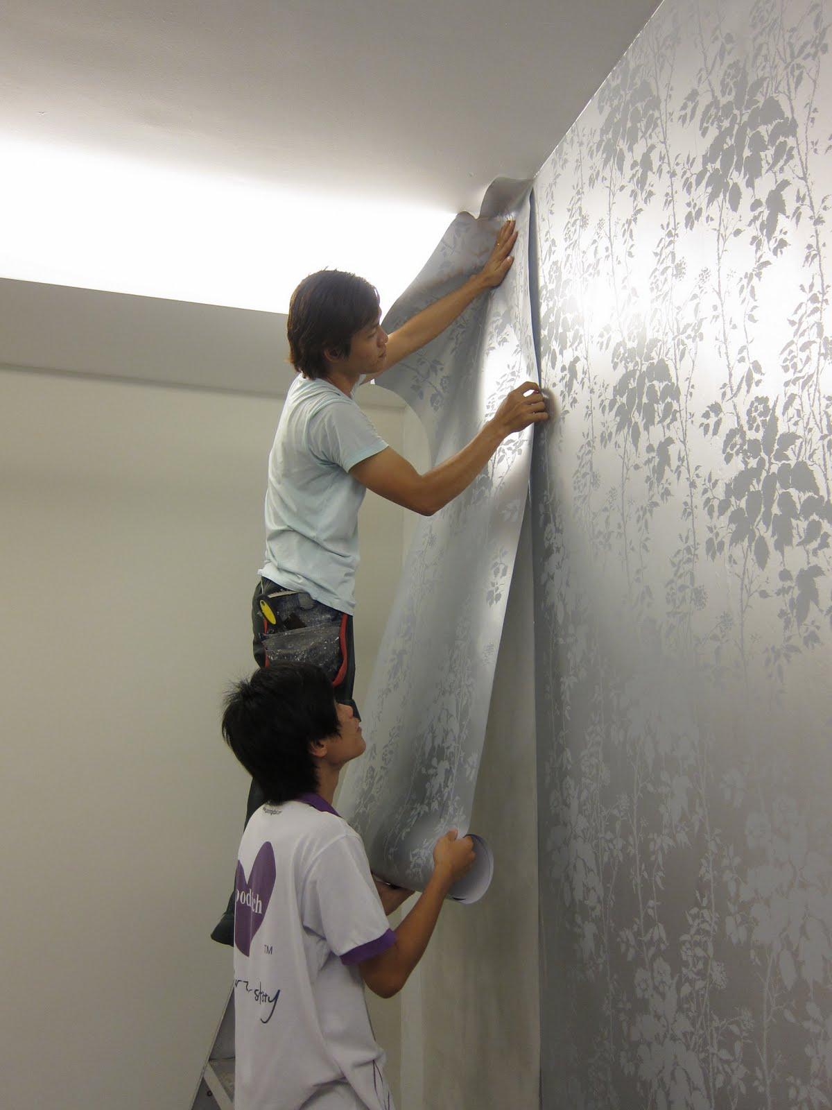 Làm sạch lớp giấy dán tường để sơn được màu chất lượng nhất.