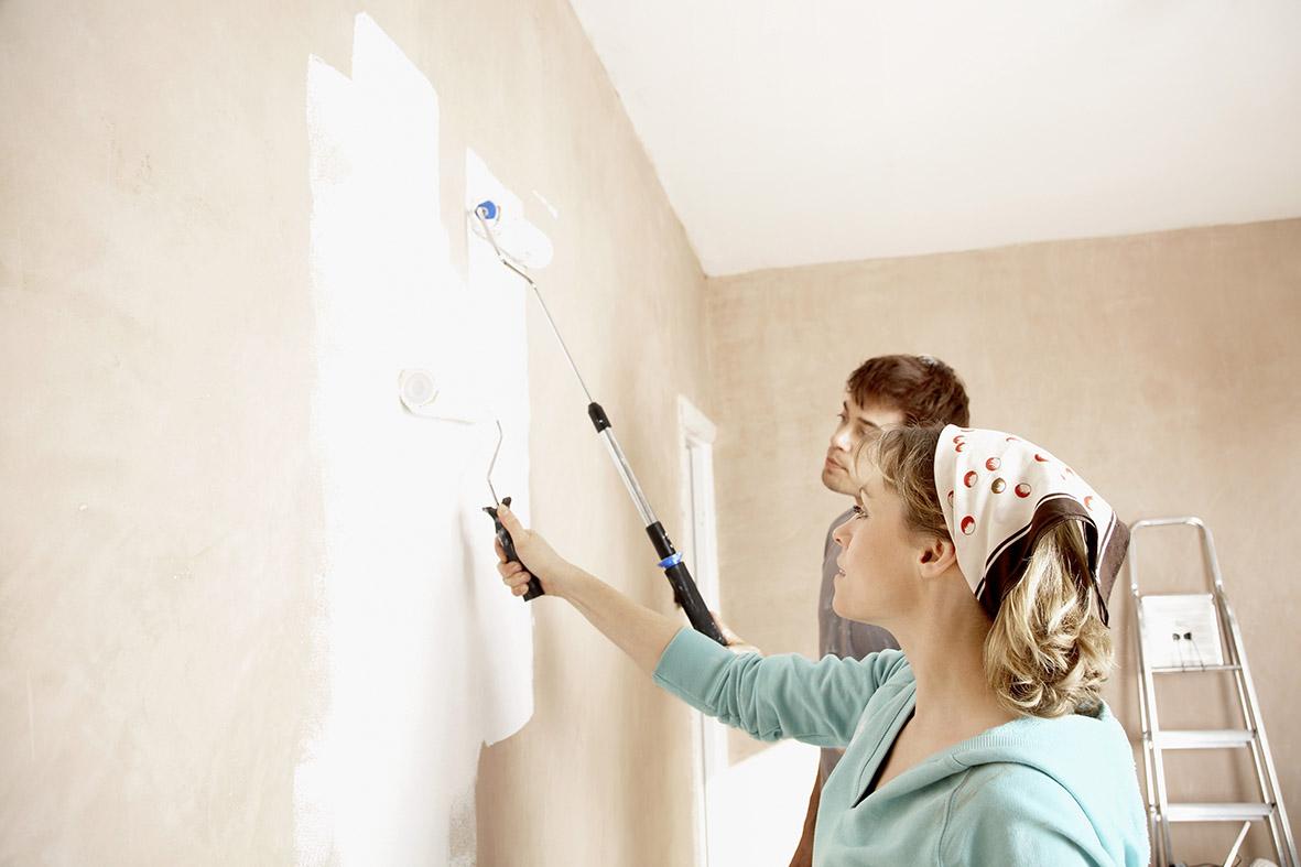 Quét sạch bụi để sơn mới bám chắc chắn lên tường