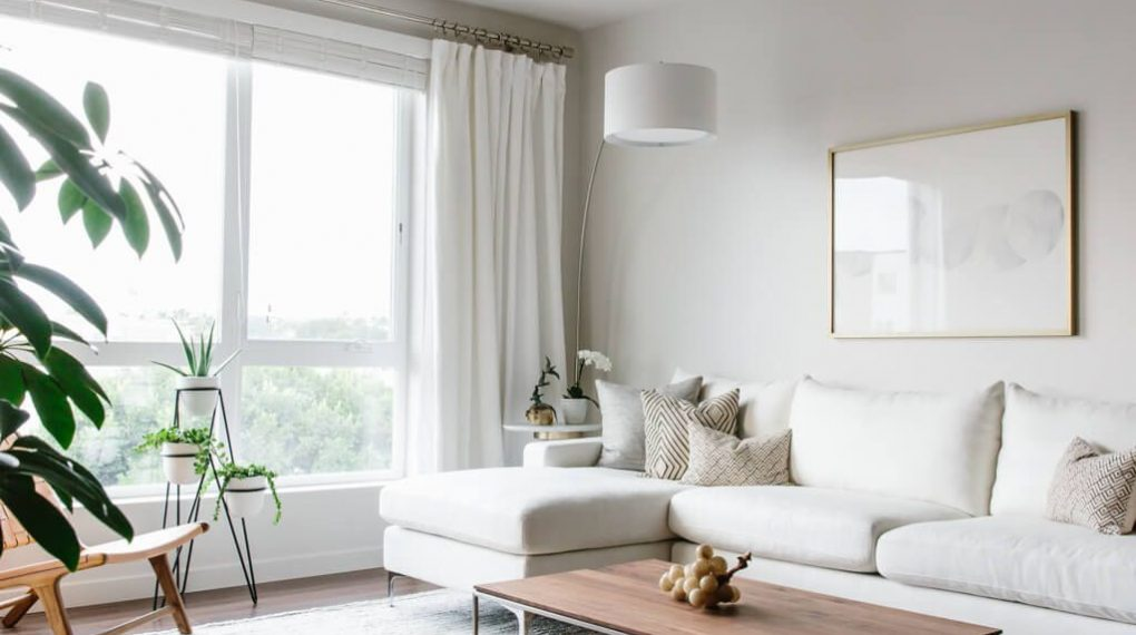 Màu trắng tinh khôi của căn hộ tối giản tạo cảm giác căn hộ như ăn gian thêm về độ rộng