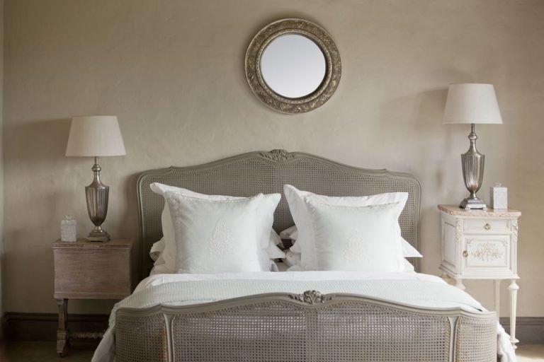 Những vật gì không nên để đầu giường? 2